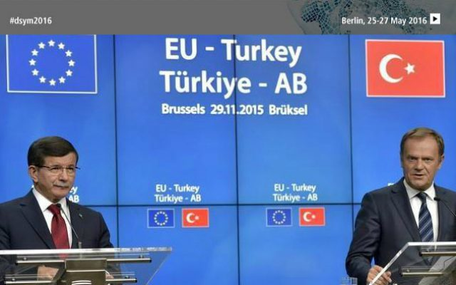 Turkish Prime Minister Ahmet Davutoglu (L) and European Council President Donald Tusk
